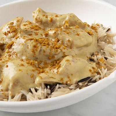 Pollo al curry thai con arroz salvaje y hierbas frescas