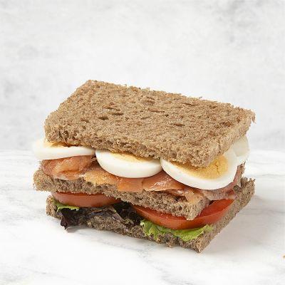Sándwich vegetal salmón y huevo